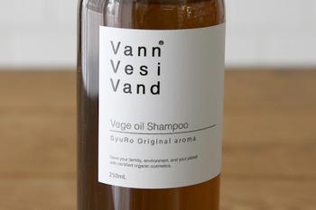 その名のとおり、水のように自然体でお肌にすっとなじむ、お肌のことを考えて寄り添った商品の開発に取り組んでいます。香りは「フランキンセンス」「サンダルウッド」「スペアミント」「ベルガモット」「ローレル」など、男女問わず好まれるすっきりとした爽やかな香りです。