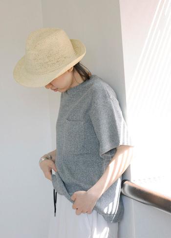 夏シーズンの「グレー」を着こなすときは、ホワイトアイテムをぜひ投入してみてください。爽やかなクールさと品のある洗練されたイメージが簡単に作れますよ。