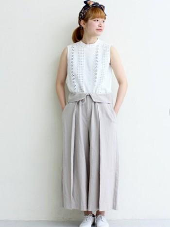 淡いグレーのワイドパンツはリネンとレーヨンの風合いも楽しめるアイテムです。白アイテムと合わせて洗練された品のある着こなしに。