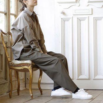 トレンドのビッグシャツとワイドパンツの組み合わせのバランスが絶妙なリラックス感のあるコーディネート。カジュアルなボーイズライクなコーディネートはワントーンカラーにすることで落ち着きのある印象になります。