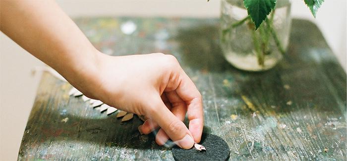 飾って楽しんだり、焚いて楽しんだり。木の葉の形の「Ku」はお香の新しい楽しみ方を広げてくれそうです。