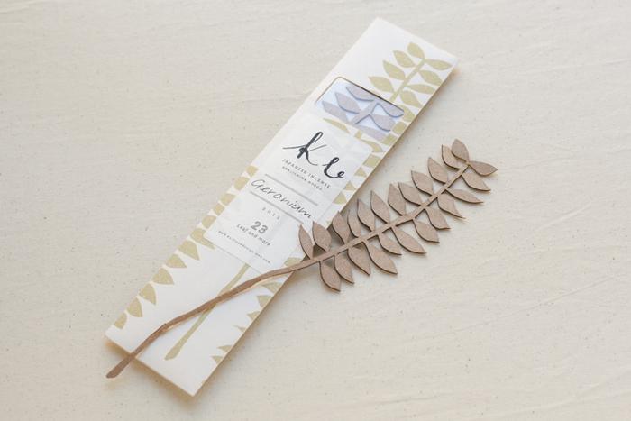 淡路のお香と和紙、両方の技術を用いて「Ku」は作られました。紙の繊維に香料を混ぜて漉くと言う発想は、お香を使いやすく親しみやすい形に変えました。自然な葉っぱのデザインもナチュラルで素敵ですね。