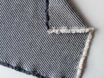 デザインのアクセントでもあるサイドのフリンジは、ナチュラルなインテリア空間ともマッチします。落ち着いた色味で、飽きずに永く使えそうですよね。通常のタオルと違ってパイル織りではないので嵩張らず、旅行等にも持ち運びやすいのも嬉しいところ。