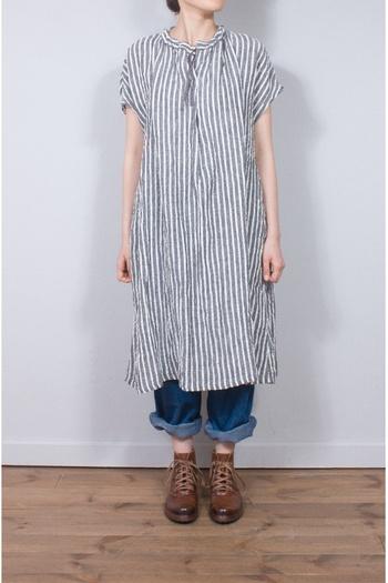 衿ぐりのフリルが可愛らしいストライプのスキッパーワンピース。コットンリネンのワークパンツやレギンスを合わせたり、ペチコートパンツの裾を覗かせても可愛いですよ。