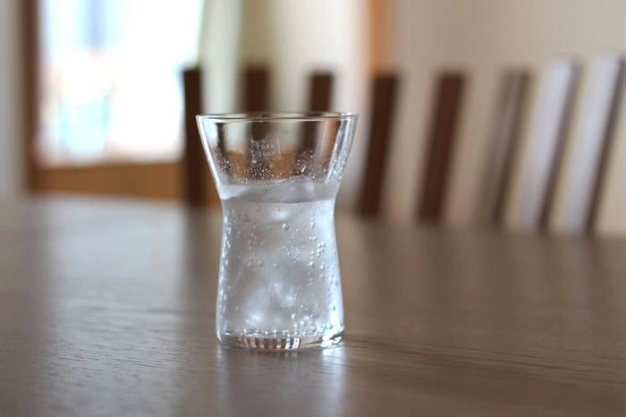 シンプルでスタイリッシュなトーラ・ウルップのグラスは、握った時のフィット感や口当たりの良さも魅力。日本の木村硝子店による製作で、熟練した職人技が光る逸品です。毎日眺めたくなるほど美しいグラスは、使うほどに愛着が増し、美味しいお酒の時間を素敵に演出してくれます。(Tora Urup Glassシリーズ milk \2,592 wine \2,376 )