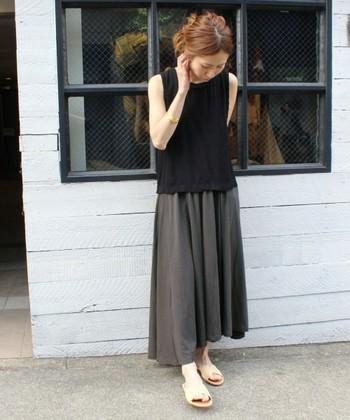 ボリュームのあるフレアスカートには、コンパクトなトップスを合わせて、全体のバランスを纏めるときれいです。