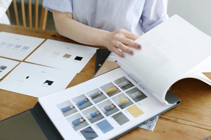 こちらはリラックスウェアのカタログ。深みのあるカラーから、鮮やかなものまで、季節に合わせたものを展開しています