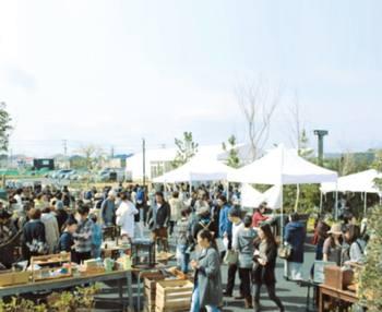 初めは不定期での開催だった「湘南 蚤の市」も、2016年3月より毎月第3火曜開催の定例イベントになりました。古道具屋や雑貨屋だけでなく、カフェやお花屋さんが集まり、内容もとても充実しています。1人、カップル、子ども連れ...シチュエーションは様々。自由な楽しみ方ができますよ。