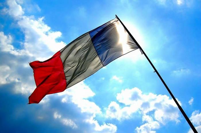 「蚤の市」はフランス語の「marché aux puces(マルシェ オ ピュス)」の直訳。フランスではパリをはじめ、小さな村でもよく見かけます。アンティーク、ブロカント、雑貨、アクセサリー、洋服...個性豊かな人々と品々が一同に会し、繰り広げられるマーケット。特別な出会いに期待が膨らみます。