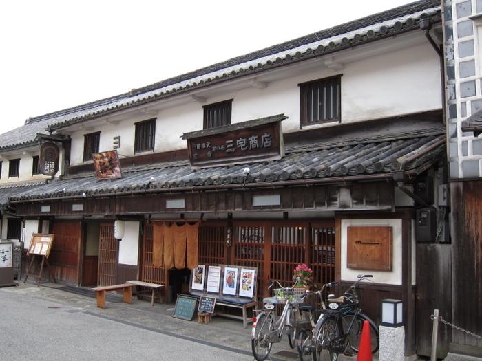 多くの観光客が行き交う倉敷美観地区の本町通にあるのが、喫茶店「町家 三宅商店」です。
