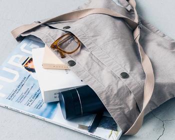 大きめの外ポケットは、すぐに使いたいスマートフォンやリップクリームなどの小物を入れるのにとっても便利。夏にぴったりのサラサラ素材で気持ちいい!とっても軽くて、こんなにたくさん入る心強い味方です。