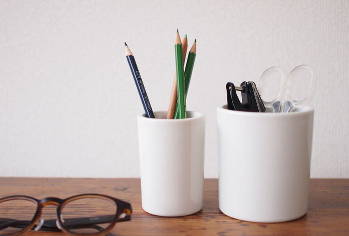 ■倉敷意匠|白磁 ポット  無駄のないシンプルな美しさで、雑然としがちな机周りをすっきりと見せてくれる白磁のペン立て。ぽってりとした厚みで適度な重さがあるため、倒れる心配もありません。つるんとなめらかな質感は、デスクに置いてあるだけで癒されそう。 Sサイズにはペン類を、幅広のMサイズにはハサミやホチキスなども収納できます。