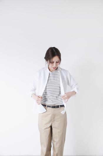 カジュアルな着こなしにも◎。ボタンを開けて、羽織りとしてスタイリングするのもおしゃれです。羽織りの時は袖をロールアップして、バランスを整えるのがポイント。 後ろの身丈が長めにとられているため、ボトムインもスムーズです。