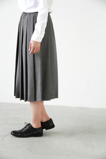 """■kelen│サマーウールプリーツミディアムスカート""""Rudy""""  ひざ下丈のプリーツが歩くたびに揺れるフェミニンなスカート。長いプリーツが縦のシルエットをより強調し、立ち姿をすらりと見せてくれます。柔らかな生地の風合いと、空気感のある生地の重なりがエレガントな印象です。"""