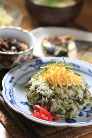 油で炒めた高菜をごはんと混ぜていただく「阿蘇高菜めし」は阿蘇地方を代表する郷土料理で、この料理を看板メニューにするお店が阿蘇周辺にはいくつもあります。ピリ辛の高菜は油で炒めることで香ばしくなり、シャキシャキとした食感になります。美味しい高菜が手に入ればおうちでも簡単に作ることができますよ♪