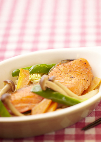 鮭を野菜と一緒に蒸し焼きにして、味噌ダレで味付けをする「ちゃんちゃん焼き」は北海道の郷土料理。食べる前にバターを落とすとコクが加わって一層美味しくなります。作り方も簡単なのでお弁当のおかずにもぴったりです。
