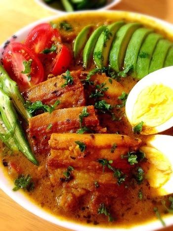 塩豚を焼いて煮込んだスープカレー。お好みで色んな野菜をトッピングすれば目にも鮮やかな色とりどりのスープカレーに♪食べ応え十分なので、食欲旺盛な男子にも喜ばれること間違いなしです。