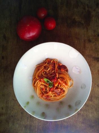 完熟トマトと塩豚で作るトマトソース。塩豚から塩味がしっかり出ますので煮詰まってから塩加減するようにしてくださいね。