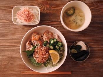 薬味をいっぱい乗せた塩豚丼はさっぱりと食べられるので食欲のない日にもおすすめです。一品とお味噌汁をつければまるで定食屋さんのようですね。