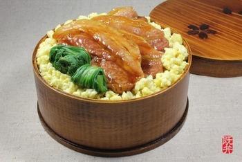 塩豚を焼いてタレを絡めたものを乗せただけのお弁当にもピッタリな塩豚丼です。ご飯の上に炒り卵を敷き詰めて、豚肉と青梗菜を乗せるだけ♪丼メニューは男子ウケもいいのでいくつかパパッと作れるようにしておくといいかもしれませんね。