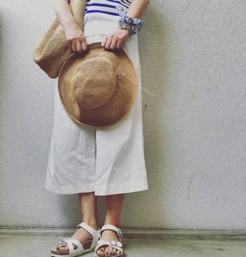 今回は、ワイドパンツの素敵なコーディネートをはじめ、コーディネートのポイントになる帽子や靴、バッグなどの小物の合わせ方や着こなし術をご紹介します。