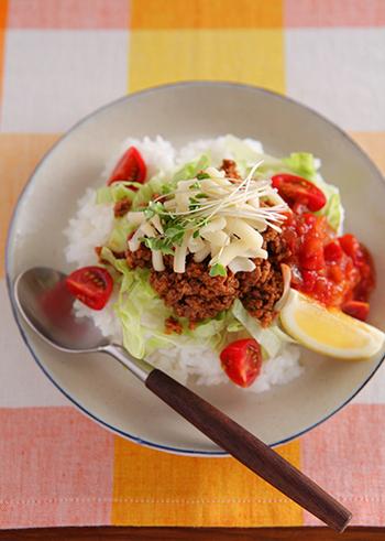 沖縄料理というとゴーヤーチャンプルーや沖縄そばが有名ですが、「タコライス」も沖縄の人に愛されている郷土料理です。メキシコのタコスをアレンジした料理で、味付けしたひき肉を野菜と一緒にごはんに乗せていただきます。ピリ辛味のお肉が食欲をそそる一品です。