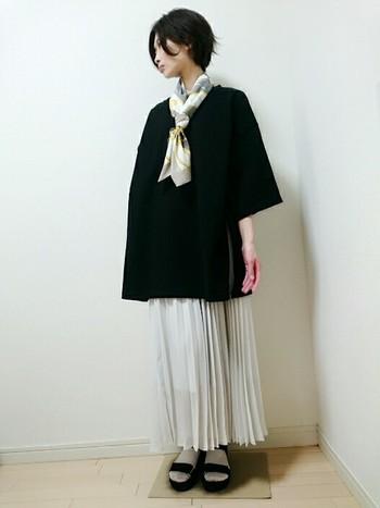 黒のビッグTシャツにロングスカートは縦長効果大!落ち着いた大人の女性を感じさせるコーデです。