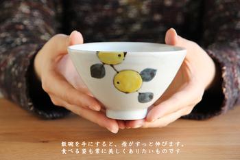 """お茶碗の口は広めに、高台部分は口の広さに対して小さく作られています。これによって生まれる程よいシャープなラインがとても美しく感じられます。高さがあり日本の""""ご飯""""が良く似合うお茶碗は、シンプルに梅干をのせたり、お茶漬けや小丼にして使っても良さそうです。"""