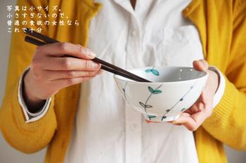 手に取ってみると、薄手で軽い仕上がりを実感することができます。高台からお茶碗の縁へと広がる柔らかなフォルムからは、絵付け同様、丁寧な手仕事の様子が伝わって来ます。控え目でありながら伸びやかさも感じる、毎日使っても飽きない、魅力的なお茶碗です。
