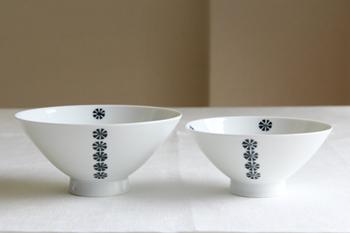 長崎県の波佐見町に本社をかまえる、「波佐見焼」の陶磁器ブランド白山陶器。白地に深い青緑色の小さな花が連なるこのお茶碗の名前は「かのん」。音を立てながら次々にお花が咲いていく、そんな様子を連想させる可愛らしいネーミングのお茶碗です。サイズは大、小とあるので、セットで揃えれば夫婦茶碗としても使えます。