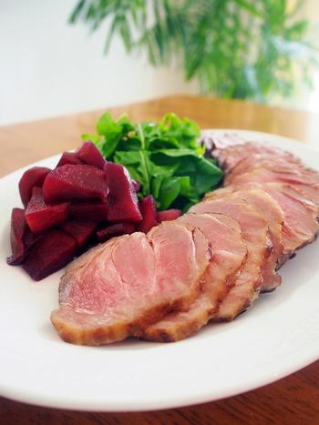 """特別な日にスペシャルな料理を用意したい!そんな時にぴったりな本格塩豚。5日目くらいからビックリするほど""""別物""""の美味しさに変身し、焼くだけで感動的な美味しさが味わえるそう♪"""