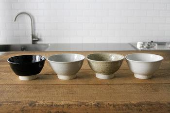 """シンプルなかたちとデザインでありながら、釉薬の変化によって味わい深い表情を見せるお茶碗は、日本の素材で日本の職人と一緒にものづくりを続けているブランド""""東屋""""のもの。ご飯は勿論、盛り付ける食材や、お手持ちの食器との取り合わせによっても、新たな表情を見せてくれます。"""