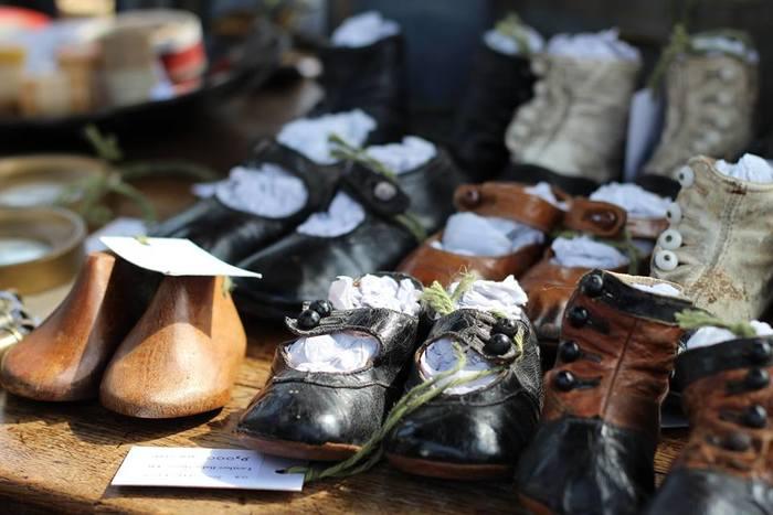おばあちゃん家の屋根裏に大切にしまわれていたような古い子ども靴。もうアンティークと呼んでよい風合いは、味わいが幾重にも重なっています。木型も趣があって、窓辺にそっと飾って置きたくなるような雰囲気。