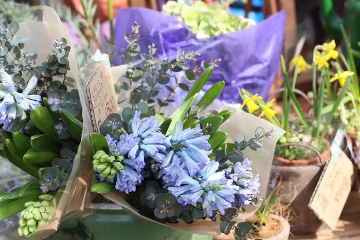 フランスのマルシェに欠かせない花々。特別な日というわけではなく、ごく自然に日々の生活にグリーンや花を取り入れる。今日はめぼしいモノが見つからない...そんなとき、ラフにその時の気分にあった花束を自分にセレクトしてみてもいいですね。
