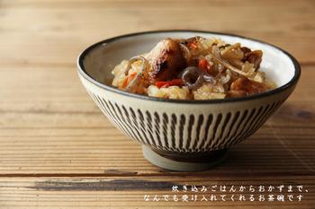 少し浅めのお茶碗なので、ご飯を盛るのは勿論、例えば副菜の小鉢や、和・洋・中のおかずを盛り付けるのにもおすすめです。小鹿田焼のお茶碗がテーブルにあるだけで、どこかあたたかい雰囲気の食卓に!