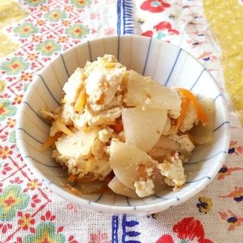 山口県全域で作られるという冬の郷土料理。大根を豆腐やにんじんと一緒に炒め、醤油で味をつけたシンプルな料理。一度冷ましてから再び加熱すると味が染みて一層美味しくなります。大根が美味しい季節にぜひ作っていただきたいメニューです。