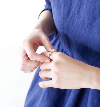 パール一粒一粒を優しく包み込むデザインは、まるで泡の粒を指輪に閉じ込めたような美しさ。手作業ゆえの不均一感がより大人な雰囲気を演出してくれています。