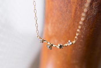 胸元を美しく演出してくれるネックレスもシンプルなものが長く使えて嬉しいですよね。でも、ちょっとだけ華やかだとうれしい。そんな方におすすめなのが、まるで花が咲いたような可憐なダイヤモンドが並ぶ華奢なネックレス。