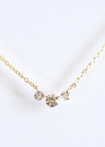 素のままの美しさを楽しめる、透明感のある3粒のブラウンダイヤと明るい色味のゴールドチェーンのシンプルなネックレス。