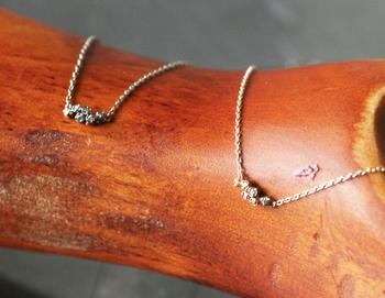 ランダムに配置されたダイヤで心も弾む♪大人女子の遊び心をくすぐるデザインです。ホワイトダイヤとブラウンダイヤの2種類で、それぞれ違う地金を使っています。