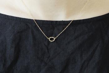 存在感のある個性的なトップのデザインが美しいネックレスはコーディネートのアクセントにピッタリ♪