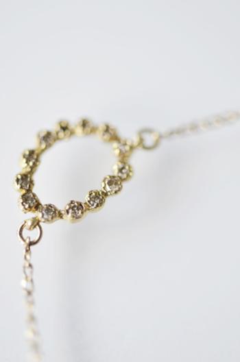 13粒と贅沢に配置したダイヤが女性の美しさをより一層際立たせてくれます。