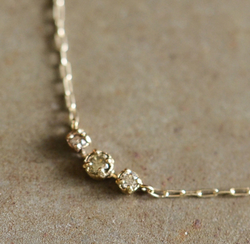 肌に溶けるようになじむ、透明に近い色味のブラウンダイヤを使用。繊細な輝きを楽しめるシンプルなダイヤネックレスです。