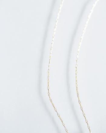 10金イエローゴールドのチェーンは優しく肌に馴染む色味で素肌の美しさを際立たせてくれます。