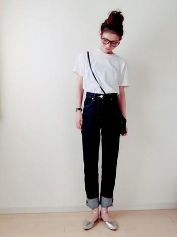 シンプルな白のTシャツにハイウエストデニムがよく似合っています。シルバーのシューズで全体に明るさがでますね。