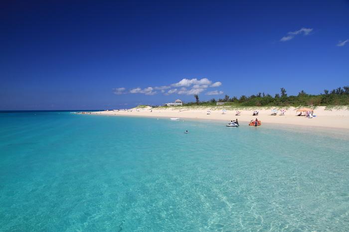 与那覇前浜ビーチの美しさは格別です。抜けるような青空、日射しを浴びてキラキラと輝くビーチ、碧く透き通る海が織りなす景色は、楽園を彷彿とさせる趣です。