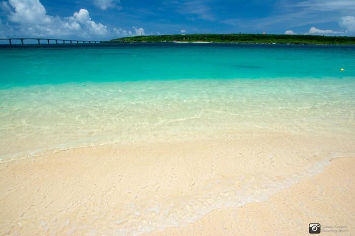 「東洋一の白い砂浜」と形容される与那覇前浜ビーチでは、サラサラの白砂が延々と7キロメートル続いています。