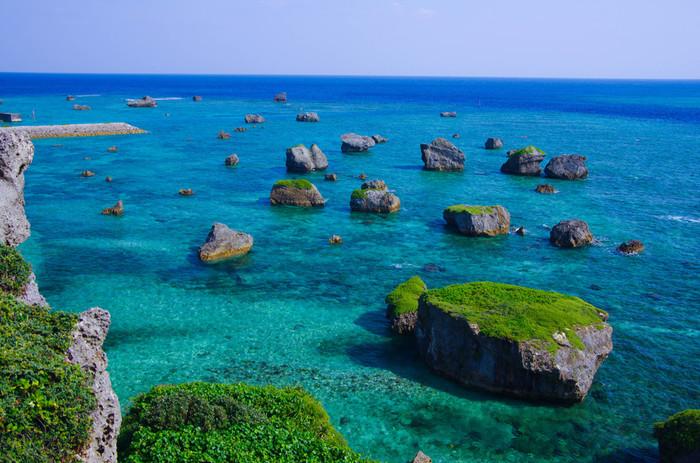 東平安名崎周辺は、抜群の透明度を誇る深みのある碧い海が広がっています。澄みわたった青い空、透き通る碧い海、海に浮かぶ巨岩が融和し、眼前広がる景色は、まるで絵画のようです。