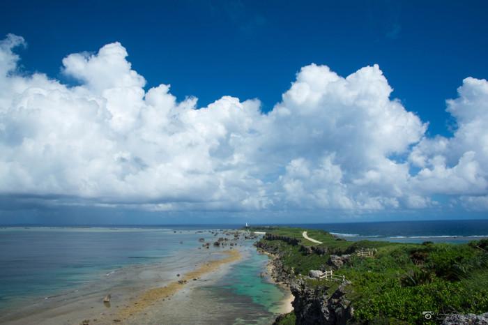 日本都市公園百景にも選定されている東平安名崎は、宮古島を代表する景勝地です。宮古島の東端に伸びる約2キロメートルの岬からは、東シナ海と太平洋を一望できます。
