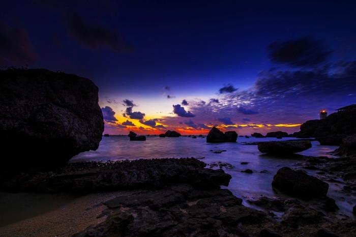 東平安名崎は、絶好の日の出スポットです。夜闇が残る藍色の空と海の向こうの朝陽を浴びて赤く染まった雲が刻一刻と色を変えてゆく夜明け前の景色は、一生忘れられないほどの感動を与えてくれます。